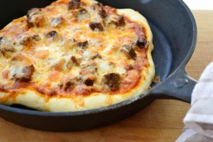 Cast-iron-skillet-pizza-1